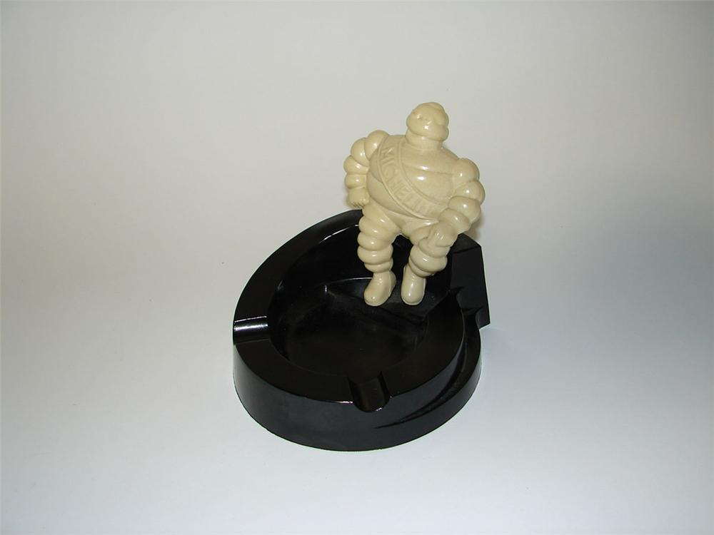 Nifty 1950s Michelin Tires dealership ashtray with three dimensional Bibedum (Michelin Man). Made of bakelite. - Front 3/4 - 108376