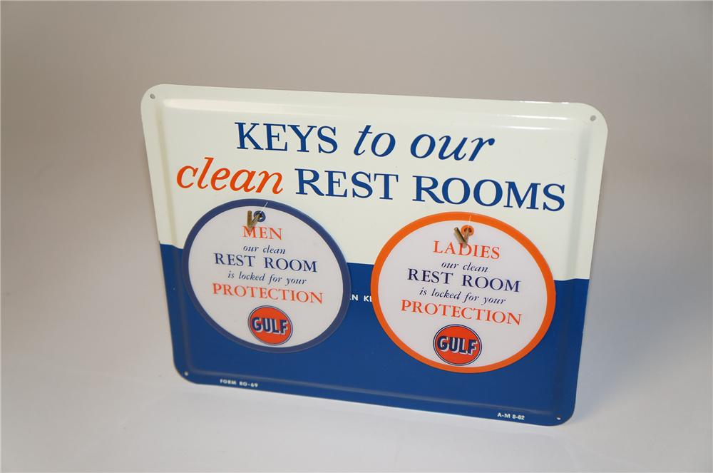 N.O.S. 1962 Gulf Clean Rest Rooms single-sided tin service station sign/key board with two unused Rest Room key fobs. - Front 3/4 - 154413