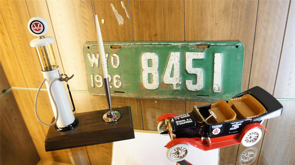 Vickers gas pump pen holder, Ertl 1917 Texaco Maxwell touring car and 1926 Wyoming license plate. - Front 3/4 - 179164
