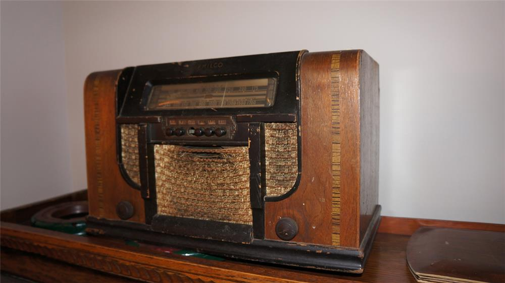 Wooden 1930's Philco radio.  For display only. - Front 3/4 - 180203