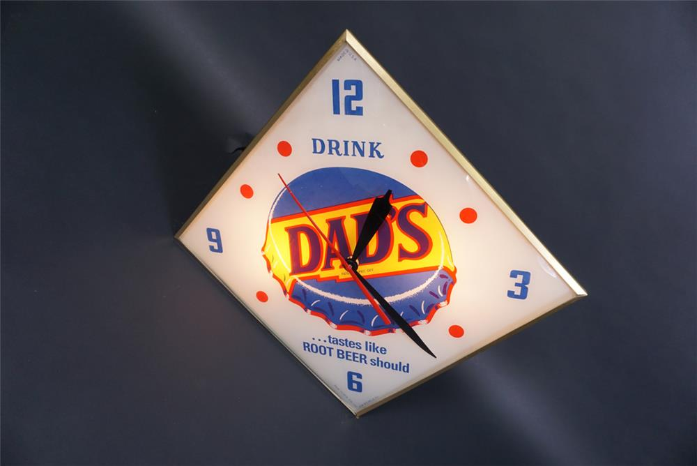 Sharp Dad's Root Beer glass-faced light-up diner clock with bottle cap graphic. - Front 3/4 - 190752