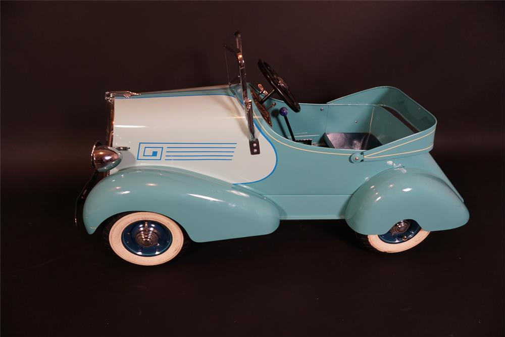 Lovely 1935 American National Skippy Ford pedal car. - Front 3/4 - 191010