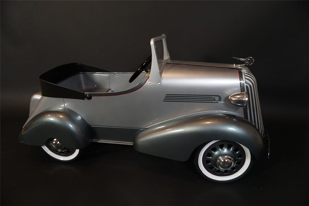 Good look 1936 American National Skippy Pontiac pedal car with bustle back trunk. - Front 3/4 - 191012