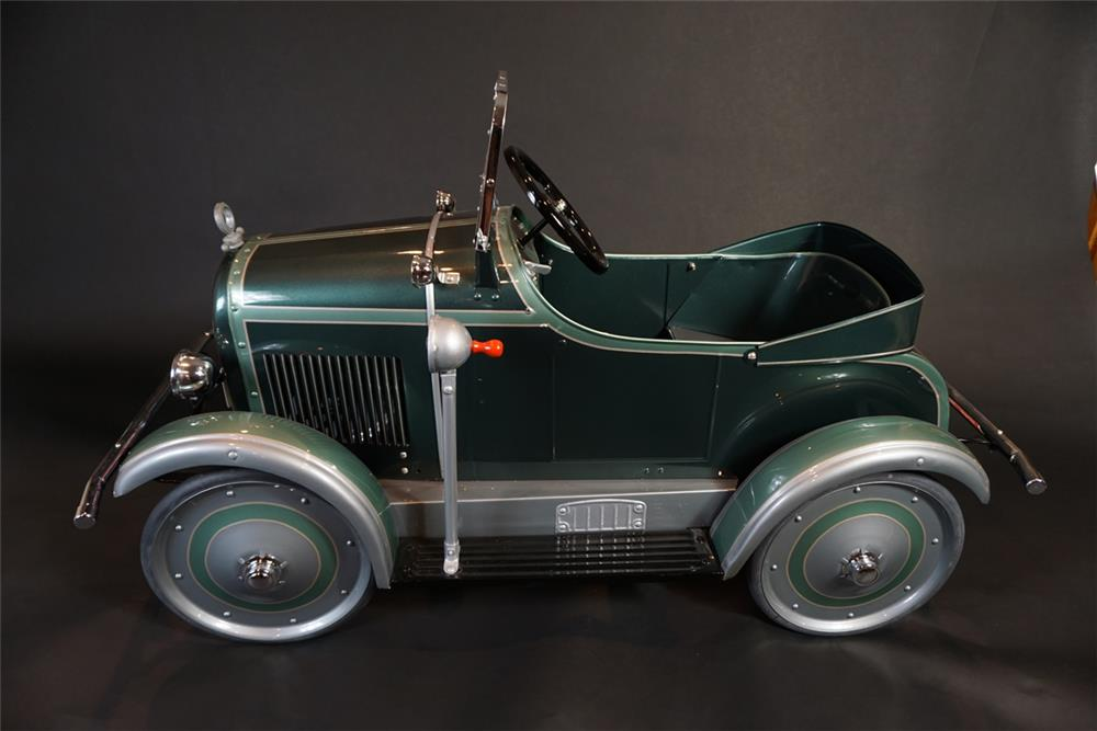 Phenomenal 1920s restored Steel Craft Studebaker fully sprung pedal car. - Front 3/4 - 191025
