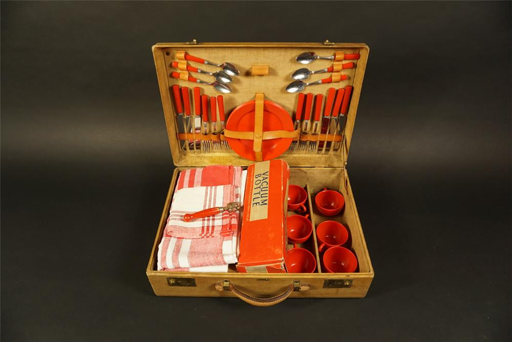 Magnificent vintage automobile picnic set. - Front 3/4 - 192173