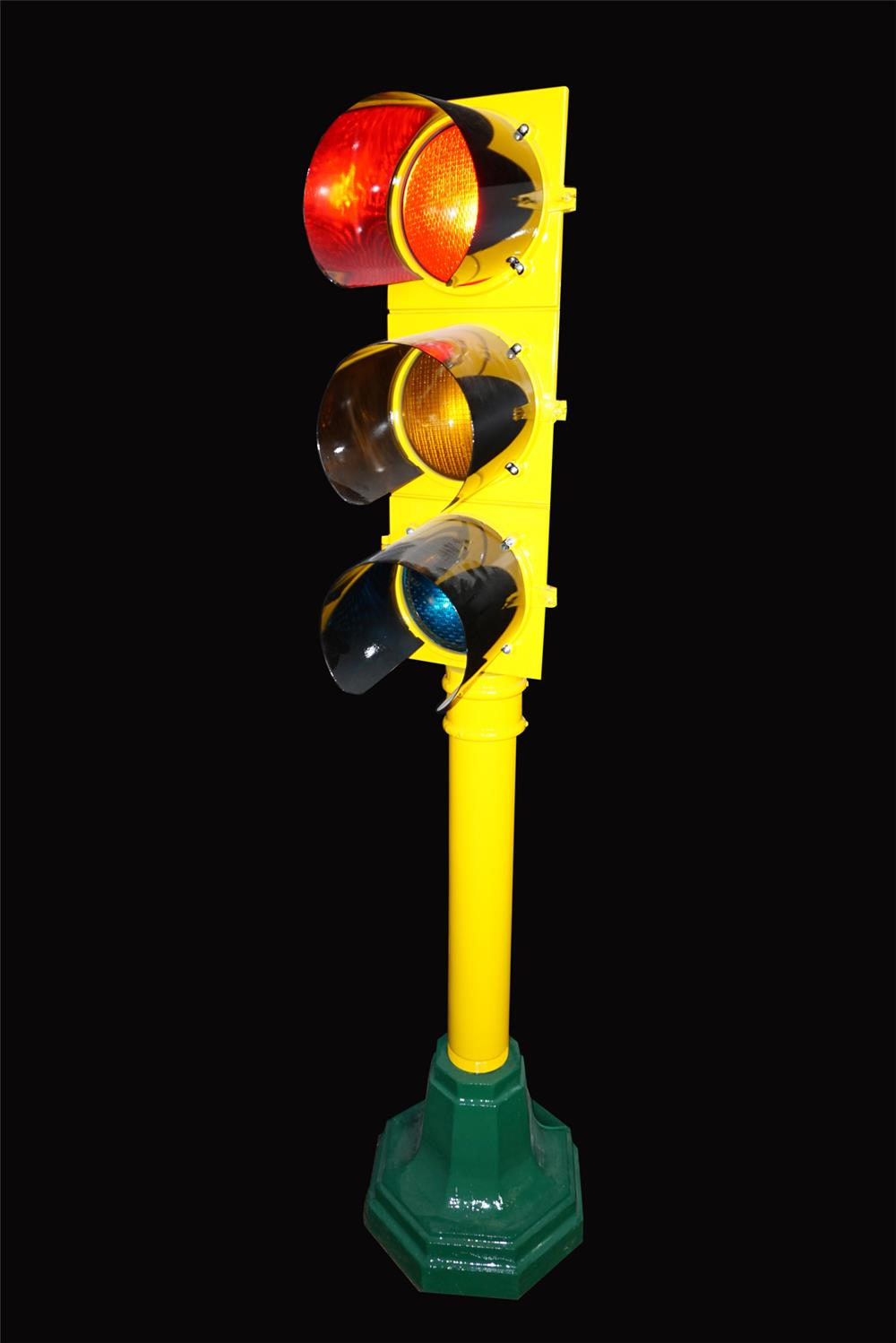 Nicely restored vintage municipal traffic light on original base. - Front 3/4 - 192215