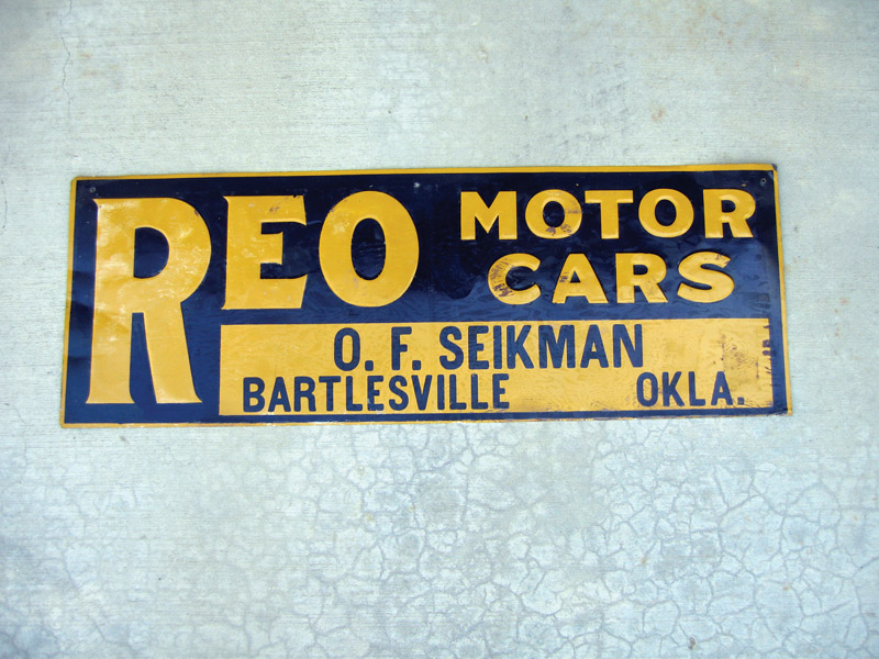 Late 20s-early 30s Reo Motor Cars single-sided tin dealership sign. - Front 3/4 - 48444