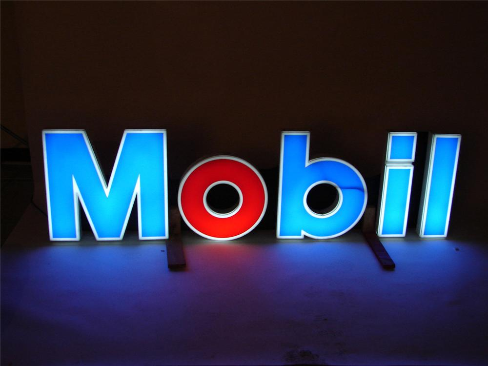 Mood setting late 60s-early 70s Mobil light-up station sign. - Front 3/4 - 50416