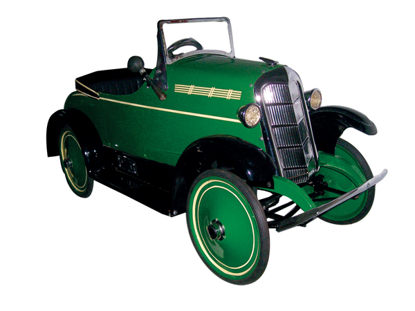 Striking 1935 Ford pedal car by Steelcraft. - Front 3/4 - 62601