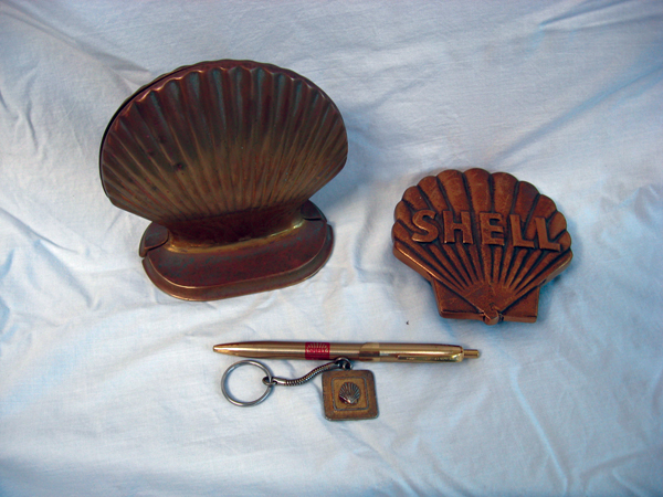 Sharp 1930s-40s Shell Oil dealer award book ends, paper weights and key chain. - Front 3/4 - 74860