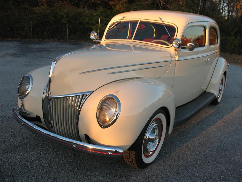 1939 FORD DELUXE CUSTOM 2 DOOR SEDAN - Front 3/4 - 101677