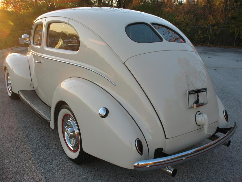 1939 FORD DELUXE CUSTOM 2 DOOR SEDAN - Rear 3/4 - 101677