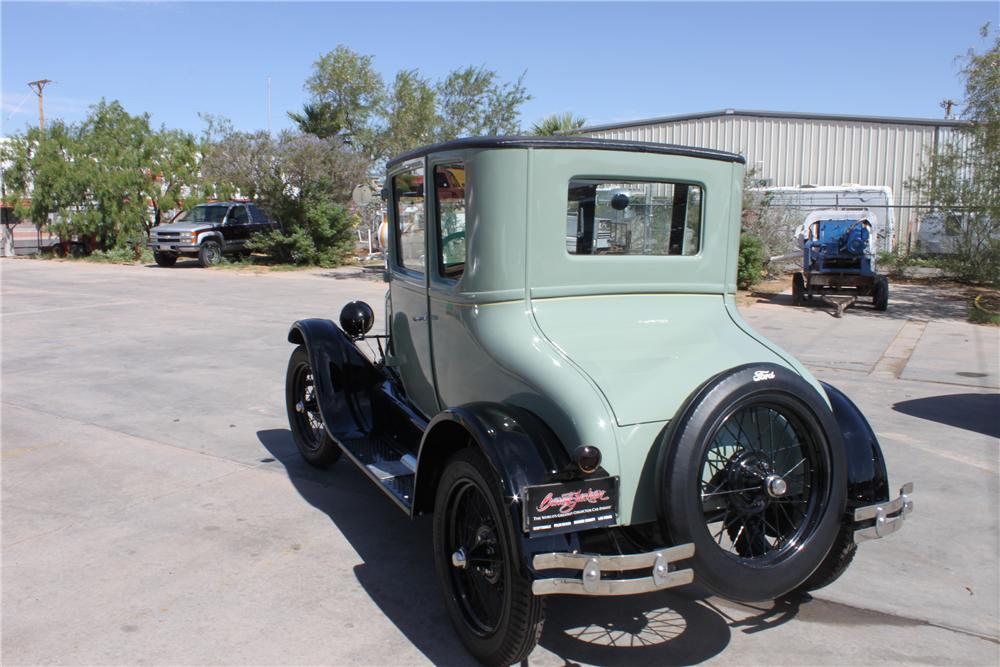 1927 FORD MODEL T COUPE - Rear 3/4 - 112784