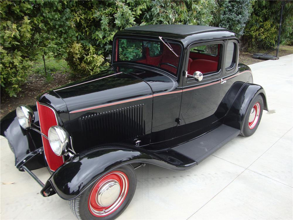 1932 FORD CUSTOM 5 WINDOW COUPE - Front 3/4 - 113405