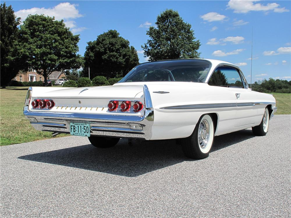 1961 PONTIAC BONNEVILLE 2 DOOR HARDTOP - Rear 3/4 - 116807