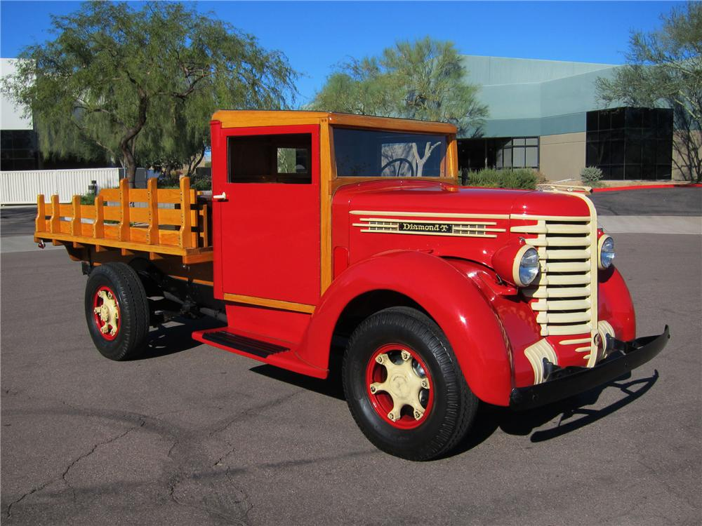 1942 DIAMOND T 201 S 1 TON STAKE BED TRUCK - Front 3/4 - 116942
