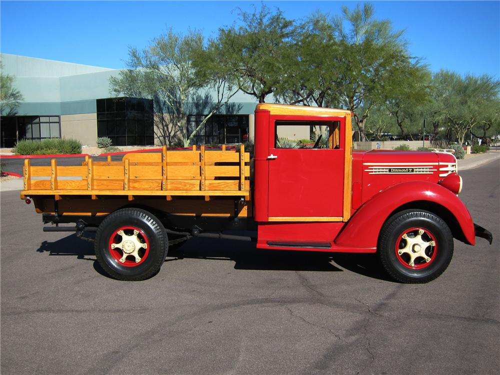 1942 DIAMOND T 201 S 1 TON STAKE BED TRUCK - Side Profile - 116942