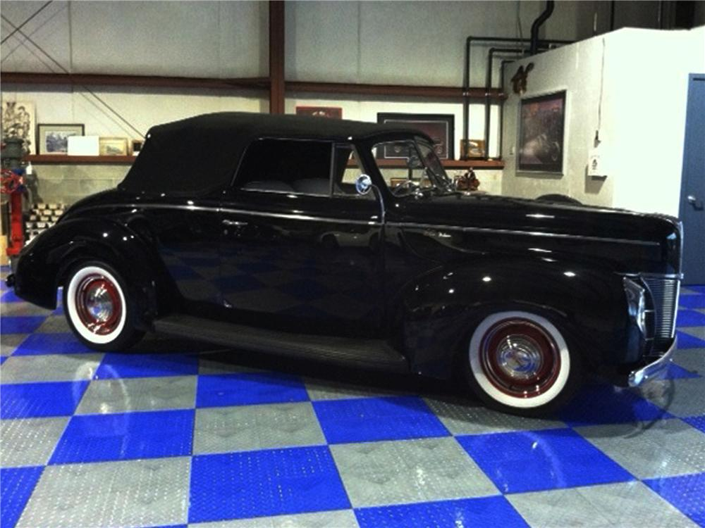 1940 FORD CUSTOM CONVERTIBLE - Front 3/4 - 117032