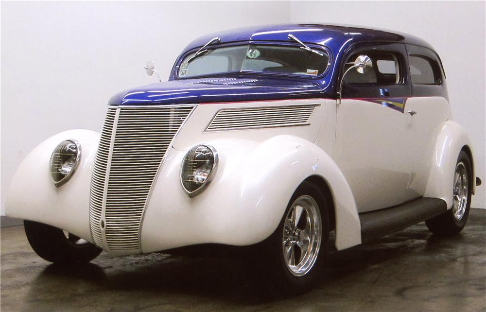 1937 FORD DELUXE CUSTOM 2 DOOR SEDAN - Front 3/4 - 117381