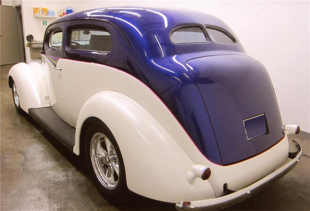 1937 FORD DELUXE CUSTOM 2 DOOR SEDAN - Rear 3/4 - 117381