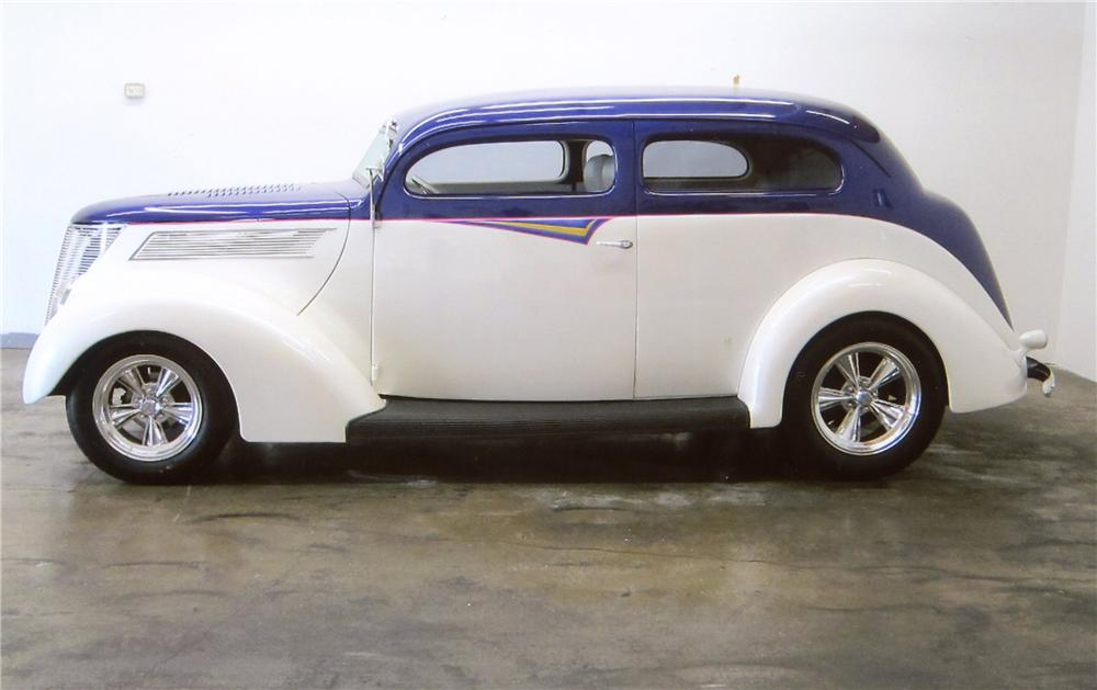 1937 FORD DELUXE CUSTOM 2 DOOR SEDAN - Side Profile - 117381