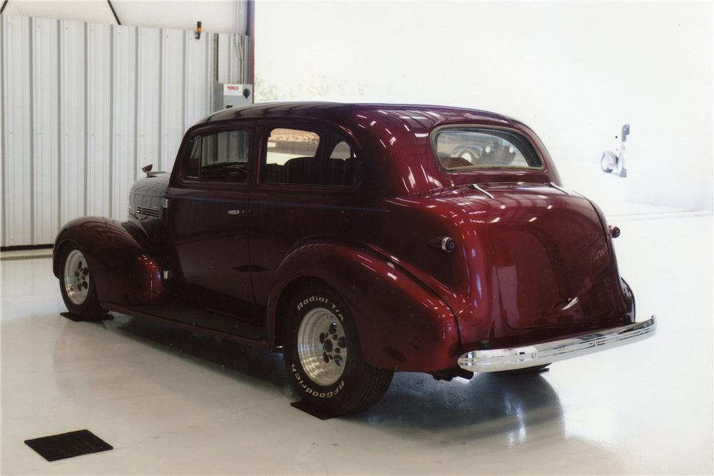 1939 CHEVROLET CUSTOM 2 DOOR SEDAN - Rear 3/4 - 119958