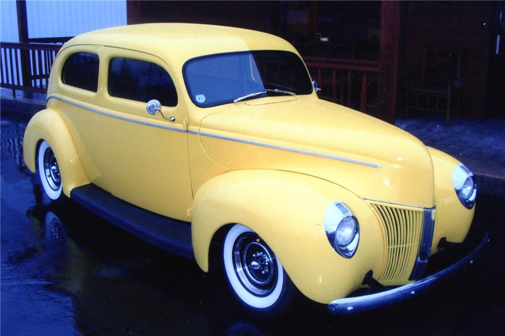 1940 FORD CUSTOM 2 DOOR SEDAN - Front 3/4 - 132978