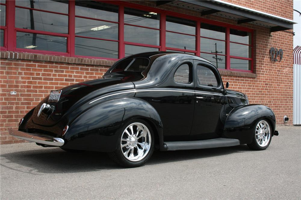 1939 FORD DELUXE CUSTOM 2 DOOR COUPE - Rear 3/4 - 133582