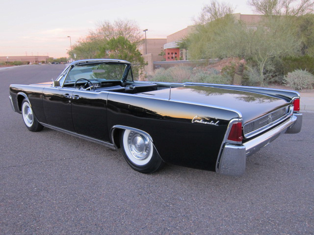 1961 LINCOLN CONTINENTAL CONVERTIBLE - Rear 3/4 - 137602