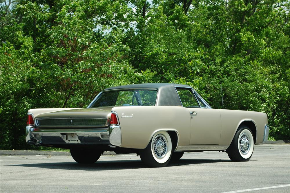 1962 LINCOLN CONTINENTAL CUSTOM COUPE - Rear 3/4 - 137917