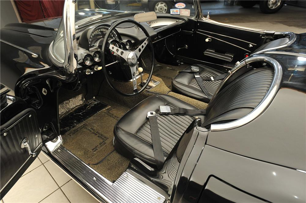 1962 CHEVROLET CORVETTE CONVERTIBLE - Interior - 138028