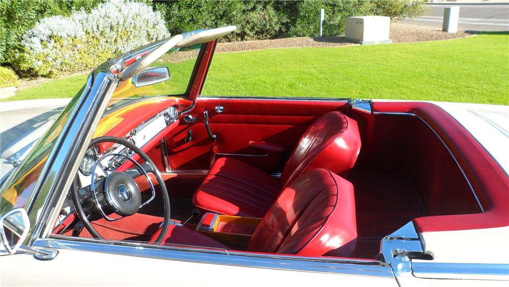 1967 MERCEDES-BENZ 230 ROADSTER - Interior - 139177