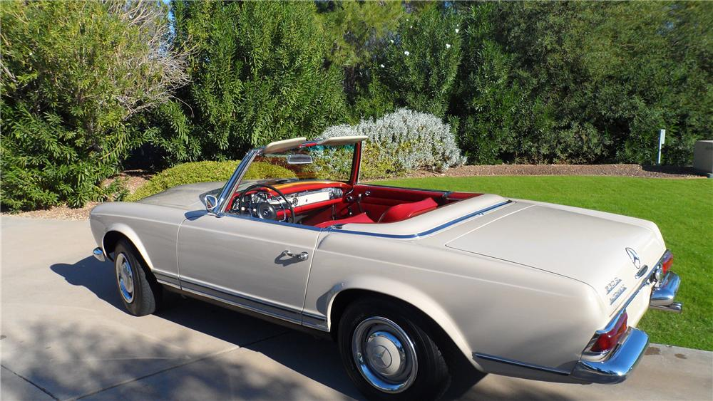 1967 MERCEDES-BENZ 230 ROADSTER - Rear 3/4 - 139177