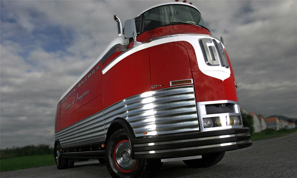 1950 GENERAL MOTORS FUTURLINER PARADE OF PROGRESS TOUR BUS - Front 3/4 - 15395