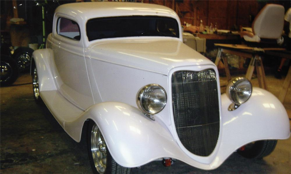 1934 FORD CUSTOM - Front 3/4 - 15960