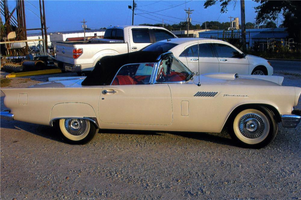 1957 FORD THUNDERBIRD CONVERTIBLE - Side Profile - 161033