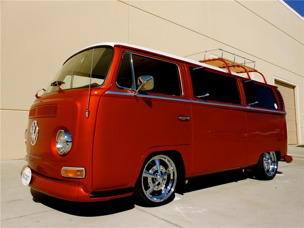 1968 VOLKSWAGEN BAY WINDOW CUSTOM BUS - Front 3/4 - 161702