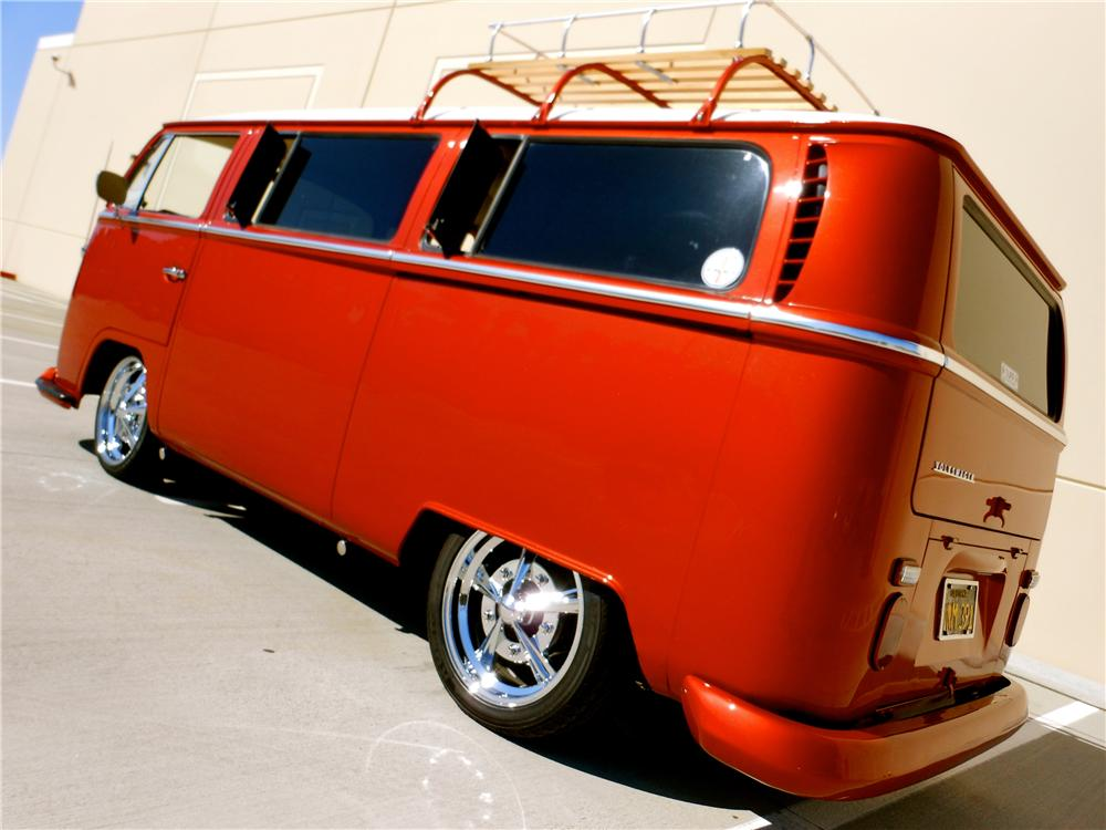 1968 VOLKSWAGEN BAY WINDOW CUSTOM BUS - Rear 3/4 - 161702
