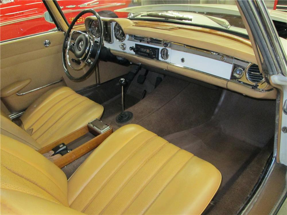 1967 MERCEDES-BENZ 230SL CONVERTIBLE - Interior - 161836