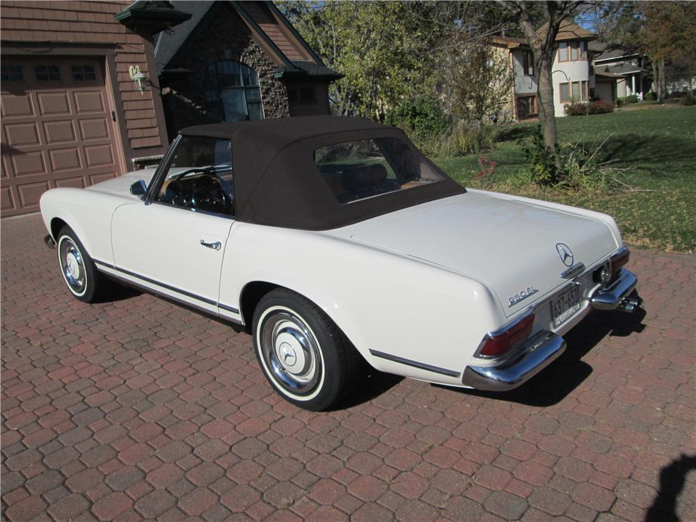 1967 MERCEDES-BENZ 230SL CONVERTIBLE - Rear 3/4 - 161836