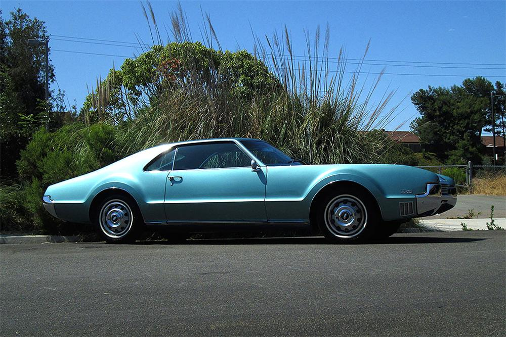 1966 OLDSMOBILE TORONADO 2 DOOR COUPE - Side Profile - 161879