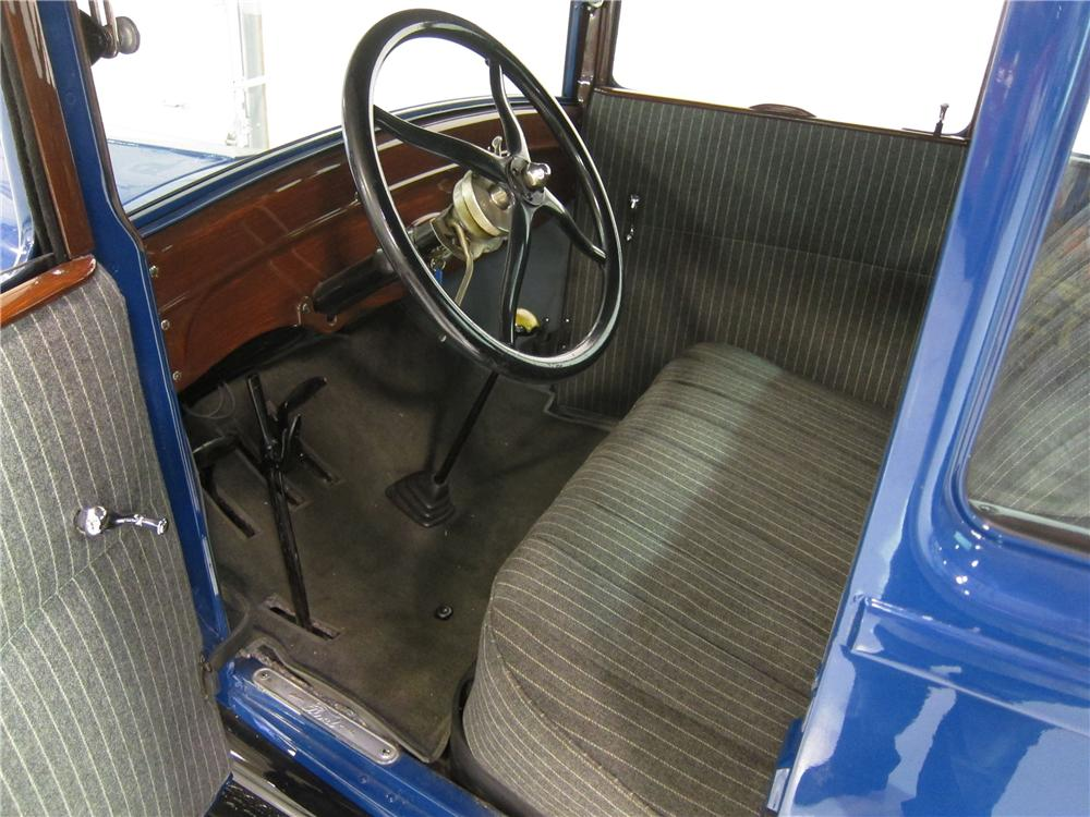 1927 FORD MODEL T COUPE - Interior - 162394