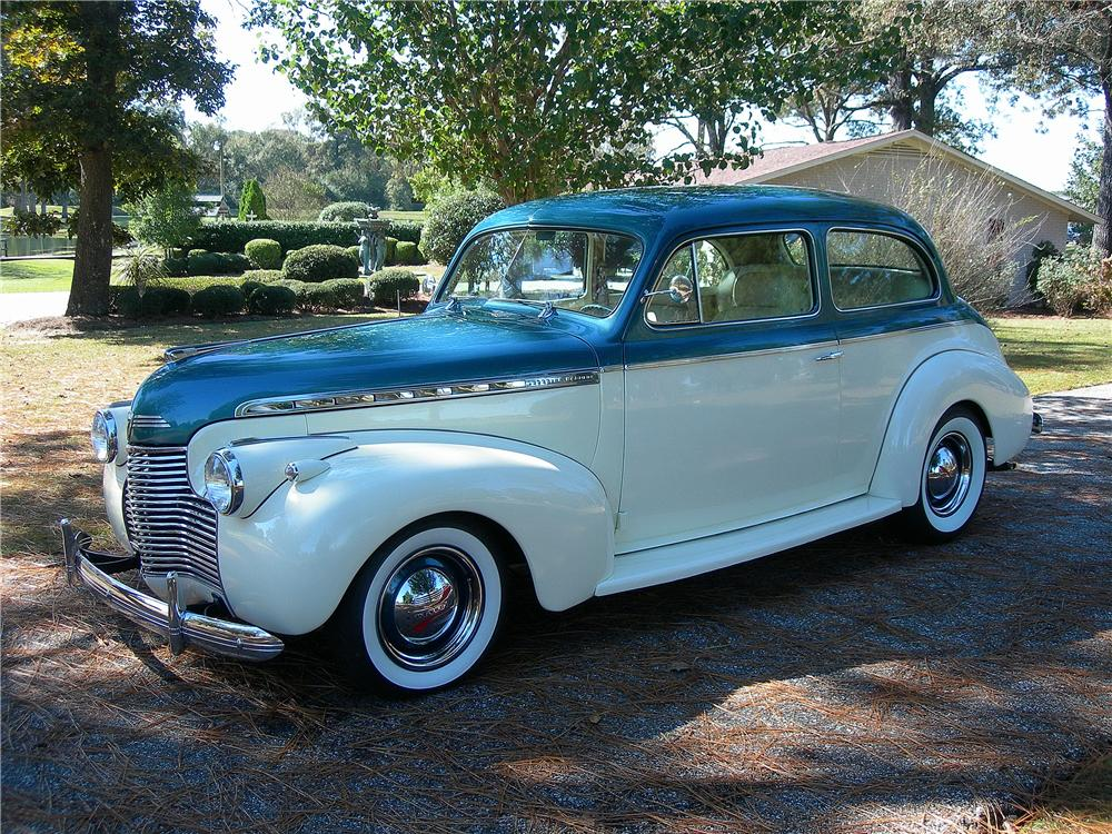 1940 CHEVROLET SPECIAL DELUXE CUSTOM 2 DOOR SEDAN - Front 3/4 - 162713