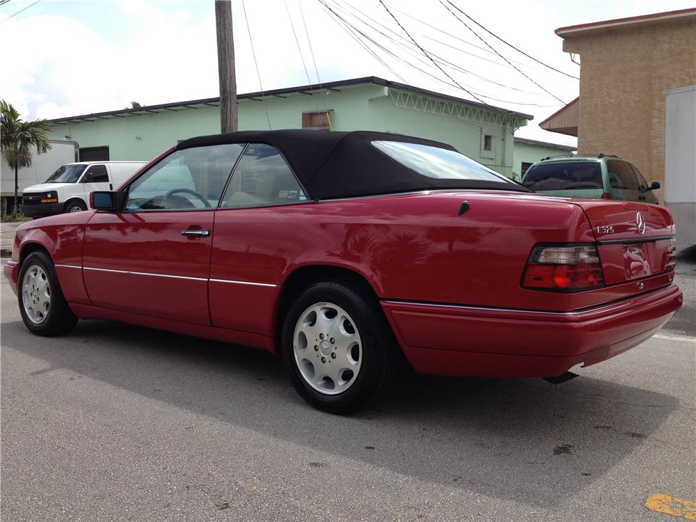 1995 MERCEDES-BENZ E320 CONVERTIBLE - Rear 3/4 - 170860