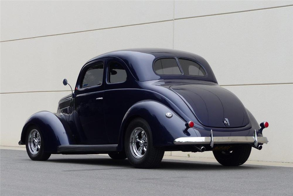 1937 FORD CLUB CUSTOM 2 DOOR COUPE - Rear 3/4 - 174542