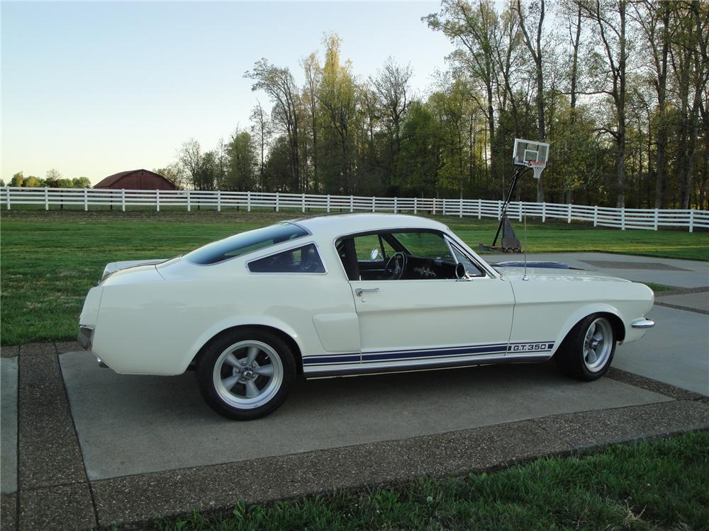 1966 FORD MUSTANG CUSTOM FASTBACK - Rear 3/4 - 174701