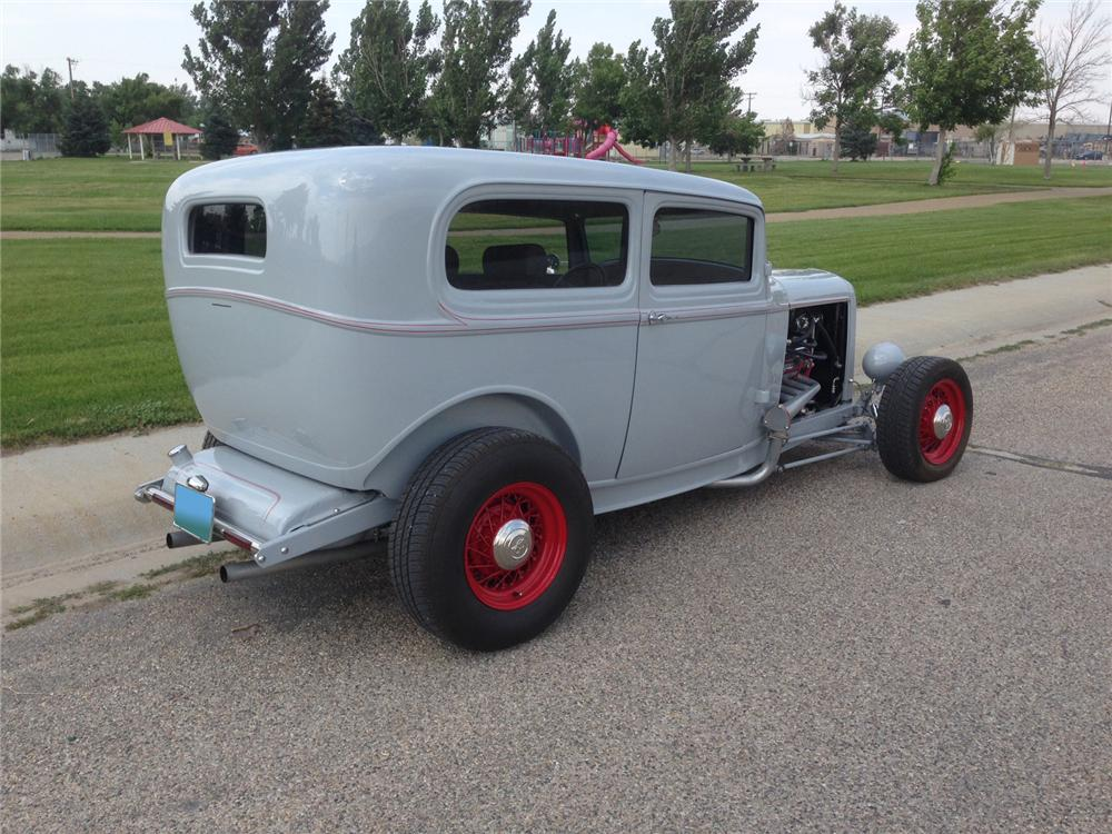 1932 FORD CUSTOM 2 DOOR SEDAN - Rear 3/4 - 177281