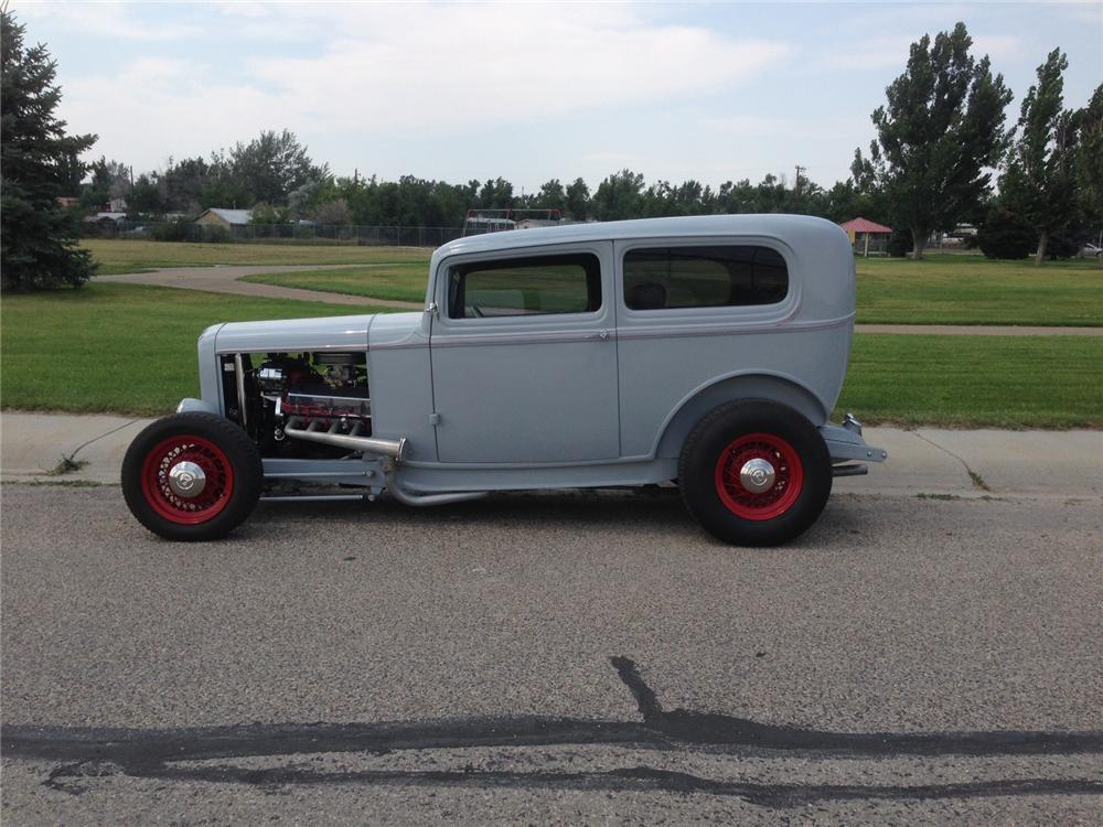 1932 FORD CUSTOM 2 DOOR SEDAN - Side Profile - 177281