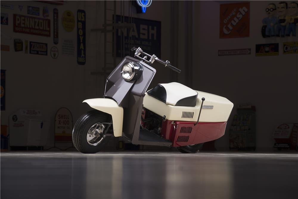 1960 CUSHMAN ROAD KING SCOOTER - Front 3/4 - 178598