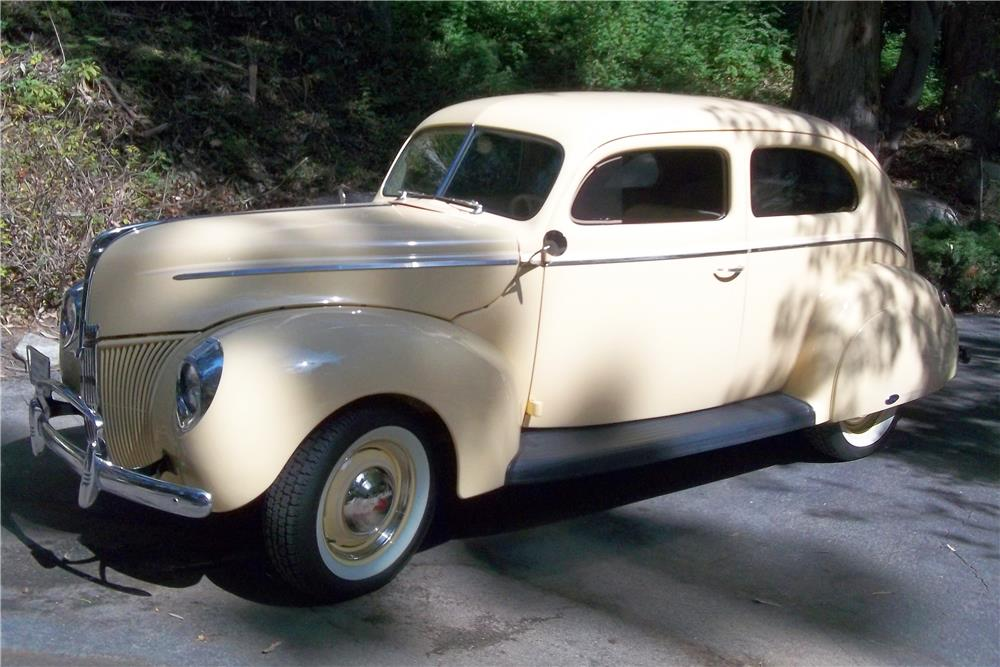 1940 FORD TUDOR - Front 3/4 - 180727